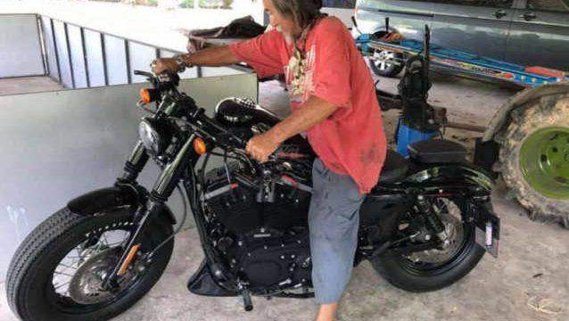 Homem mal vestido entra em loja, é ignorado por vendedores e compra Harley à vista